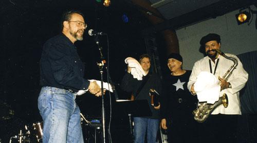 Lennart Nilsson tackar Joe Lovano, Bill Frisell och Paul Motion för en av de största jazzkvällarna på Village. Foto: Gunnar Holmberg